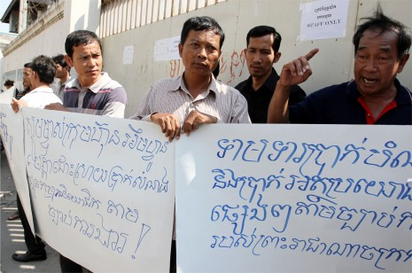 Employees from bankrupt mobile phone operator Mfone protest outside the firm's headquarters in Phnom Penh on Monday. (Siv Channa)