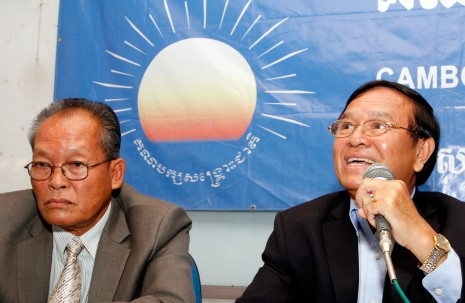 SRP lawmaker Kong Korm, left, and opposition CNRP acting president Kem Sokha speak at a press conference in Phnom Penh on Wednesday. (Siv Channa)
