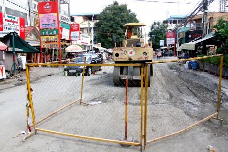 A steamroller begins repairing Phnom Penh's Street 63 on Thursday. (Simon Henderson/TheCambodiaDaily)