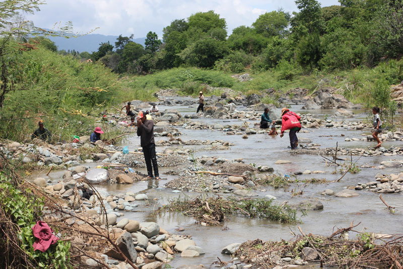 People pan for small rubies and sapphires in a brook on the outskirts of Pailin City on Monday. (Alex Willemyns/The Cambodia Daily)