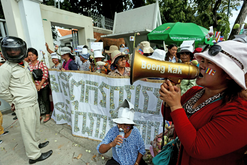 Residents of Phnom Penh's Boeng Kak neighborhood protest Monday in front of the headquarters of the Anti-Corruption Unit. (Siv Channa/The Cambodia Daily)