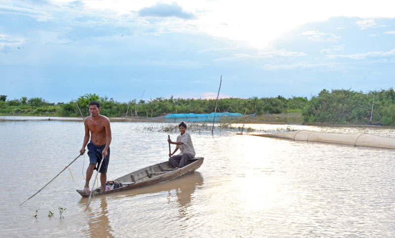 Khan Thea and his wife, Chab Chroeb, use their electro-fishing gear in Be Prammuoy Lake last week. (Alex Consiglio/The Cambodia Daily)