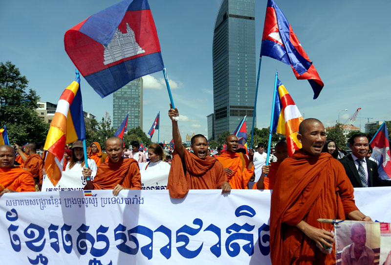 Hundreds of ethnic Khmer Krom monks and protesters gather in Freedom Park on Monday prior to marching through Phnom Penh. (Siv Channa/The Cambodia Daily)