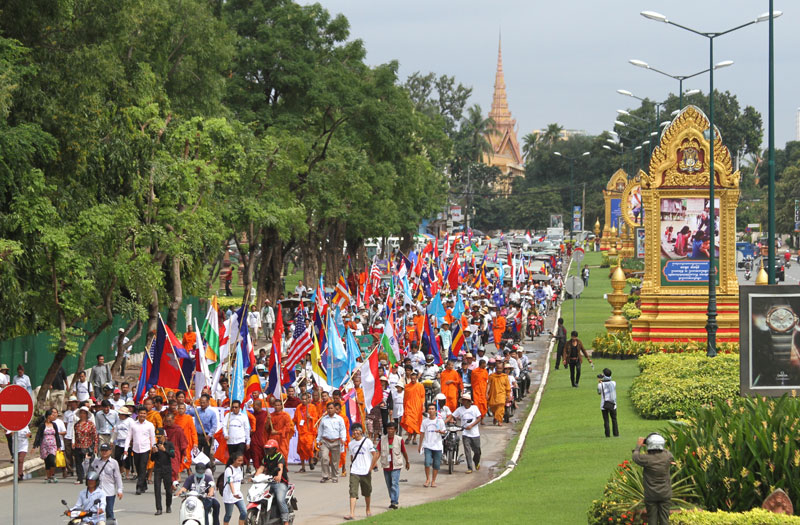 Monks and other activists march down Sisowath Quay in Phnom Penh on Thursday on their way to the National Assembly during a rally to mark the 23rd anniversary of the Paris Peace Agreements. (Siv Channa/The Cambodia Daily)