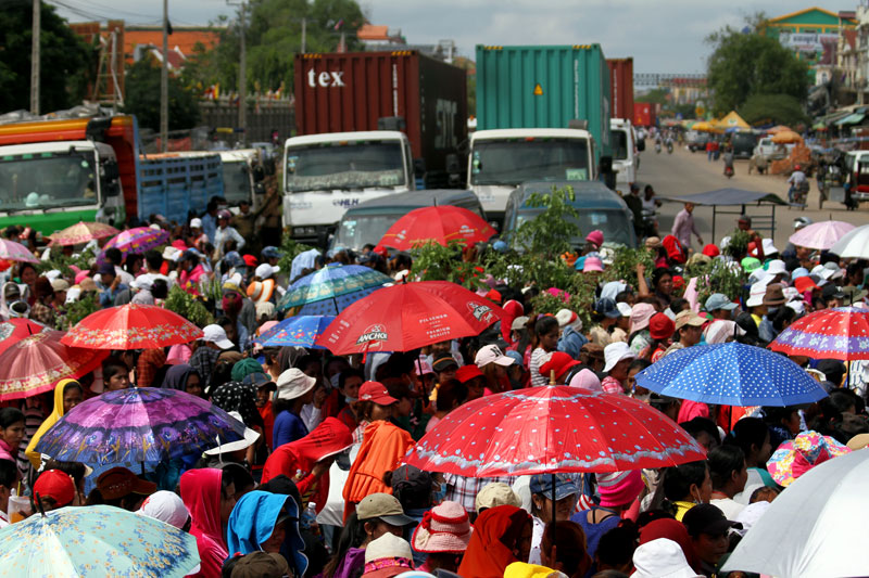 Traffic backs up as some 2,500 workers from the Grand Twins garment factory blockade National Road 4 in Phnom Penh's Pur Senchey district. (Siv Channa/The Cambodia Daily)