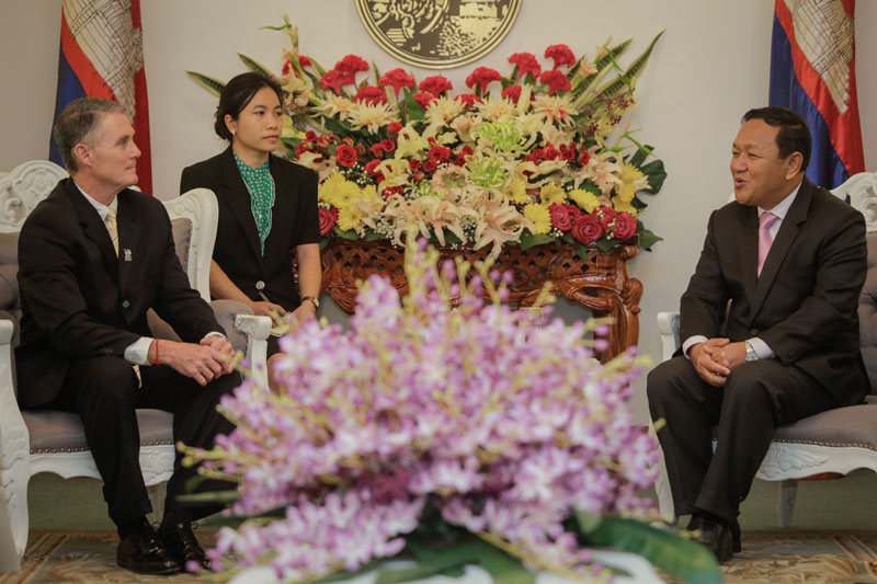 Rodney Elliot, mayor of Lowell, Massachusetts, left, and Phnom Penh governor Pa Socheatvong converse at Phnom Penh City Hall on Wednesday. (Siv Channa/The Cambodia Daily)