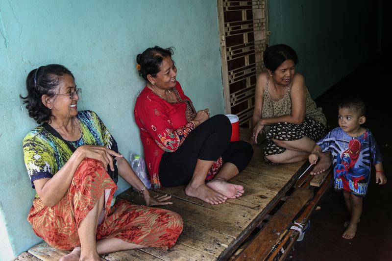 Residents gather in a corridor of the White Building in Phnom Penh last year. (Aria Danaparamita/The Cambodia Daily)