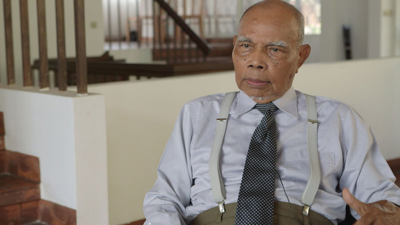 Vann Molyvann speaks during an interview at his home in Phnom Penh last April. (Christopher Rompre)