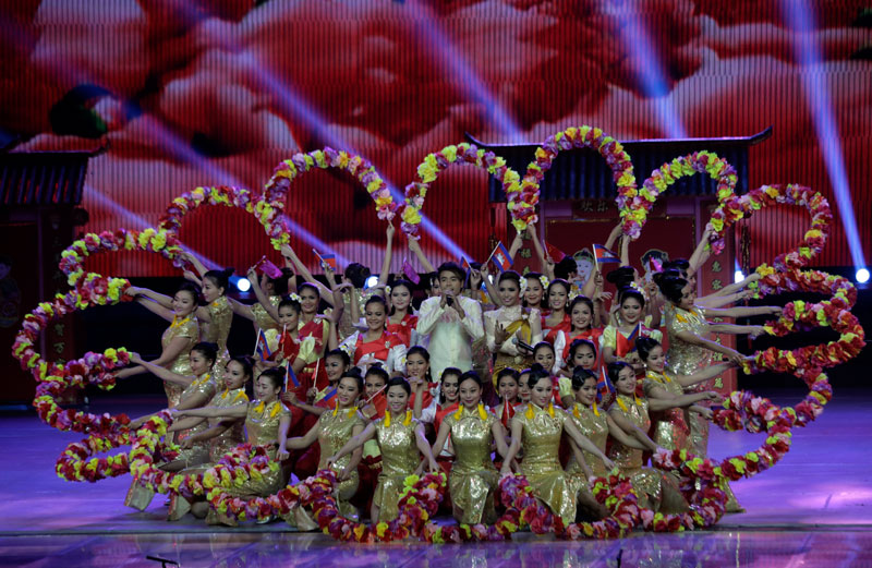 Cambodian and Chinese performers join on stage for a performance in the Spring Festival Gala at Phnom Penh's Koh Pich Theater on Tuesday night. (Siv Channa/The Cambodia Daily)