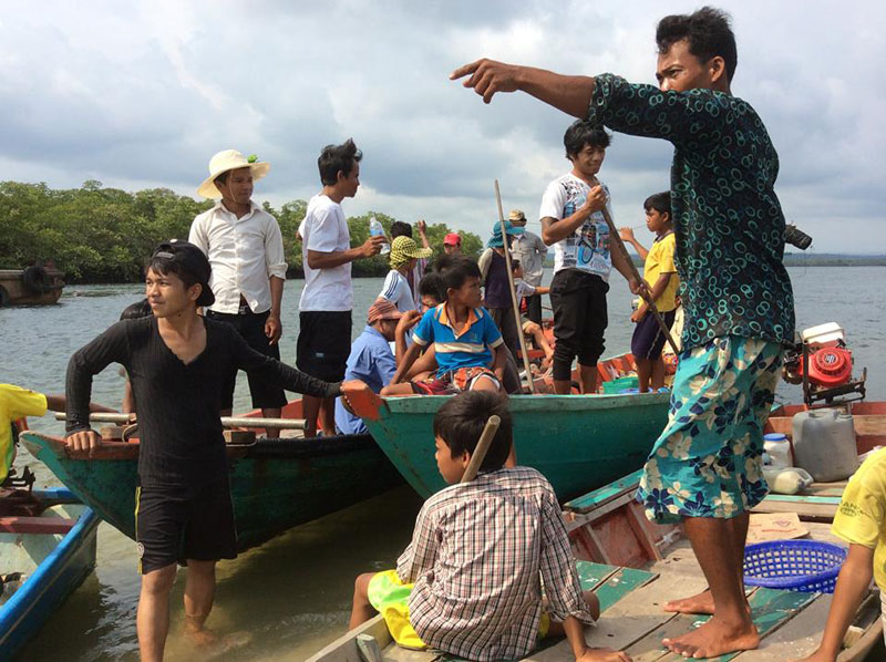Residents of Koh Kong province's Koh Kong district prepare to mount a waterborne operation to chase away a sand-dredging barge on Saturday afternoon. (Mother Nature)