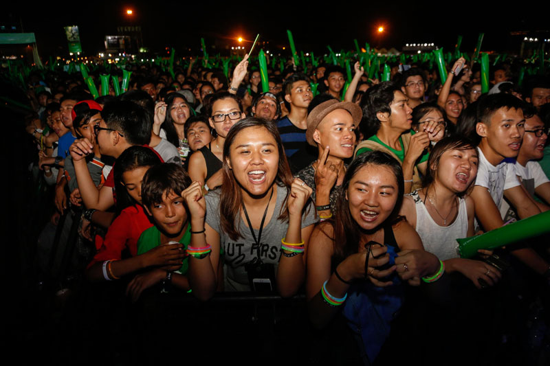 Fans cheer as US pop star Demi Lovato performs on Phnom Penh's Koh Pich island Tuesday night. (Siv Channa/The Cambodia Daily)