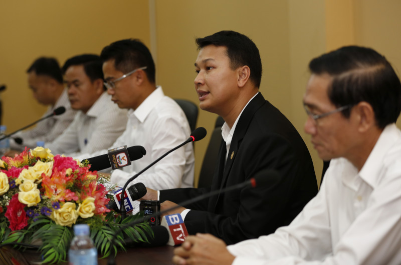Ministry of Mines and Energy spokesman Dith Tina announces the provisional list of companies with successful bids to dredge sand in the Mekong River during a press conference Friday at the ministry. (Siv Channa/The Cambodia Daily)