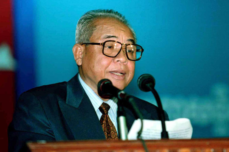 Chea Sim addresses delegates on the final day of the CPP's extraordinary general assembly in Phnom Penh on January 27, 1997. (Reuters)