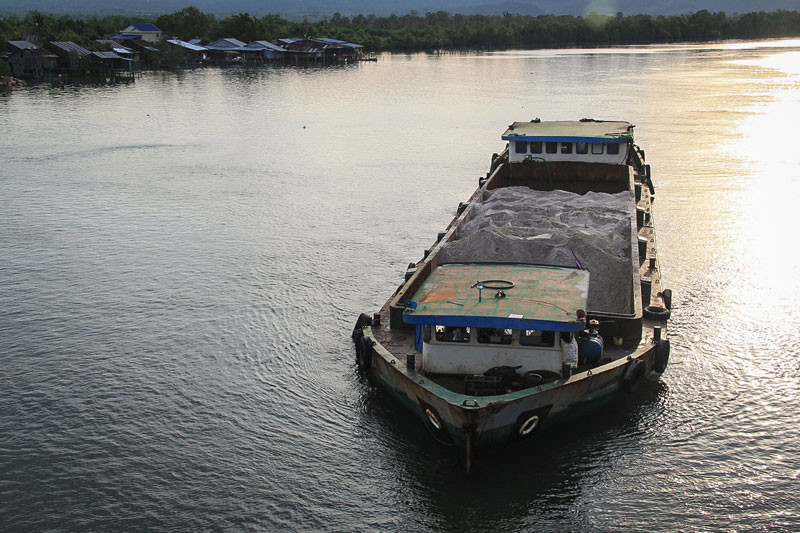 A barge travels out to sea from the Andong Teuk estuary in Koh Kong province last year to unload its cargo of river sand onto a larger ship. (Mother Nature)