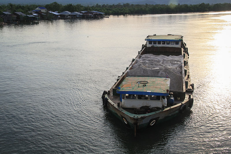 A barge travels out to sea from the Andong Teuk estuary in Koh Kong province earlier this month to unload its cargo of river sand onto a larger ship. (Mother Nature)