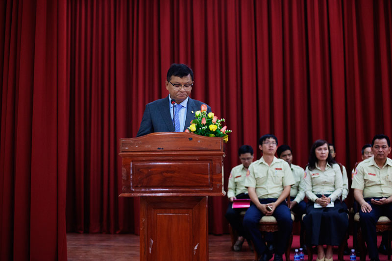 Education Minister Hang Chuon Naron addresses volunteer exam monitors at the Institute of Technology in Phnom Penh on Wednesday. (Jens Welding Ollgaard/The Cambodia Daily)