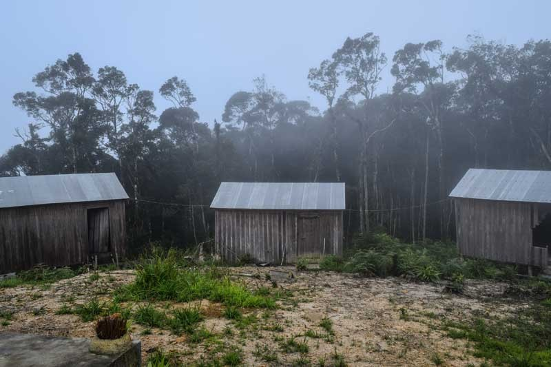 Huts at the top of Phnom Oral (Peter Ford/The Cambodia Daily)