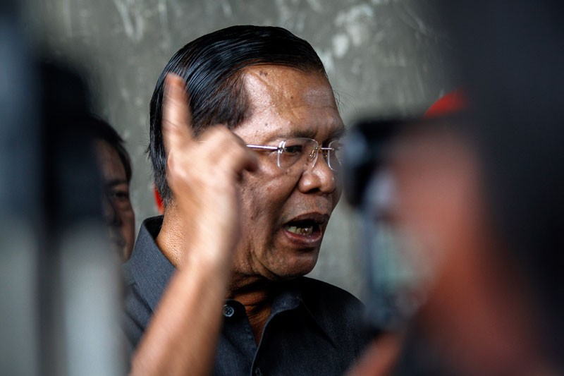 Prime Minister Hun Sen speaks to reporters at a construction site for an overpass in Phnom Penh on July 31, 2013, in what was his first public appearance after the national election days earlier. (Siv Channa/The Cambodia Daily)