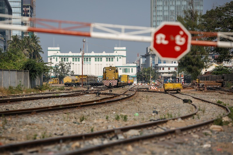A locomotive leaves the Phnom Penh railway station on Monday. (Siv Channa/The Cambodia Daily)