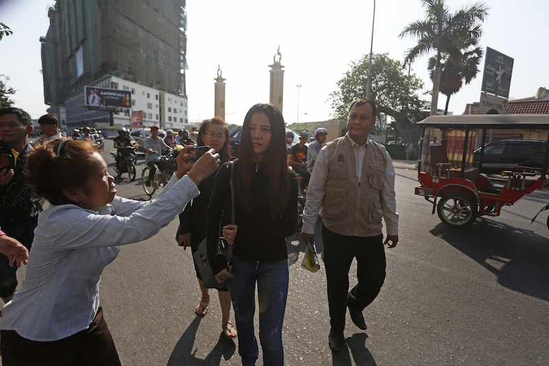 Khom Chandaraty is on Tuesday escorted to the Phnom Penh Municipal Court, where she rescinded her prior denials of a relationship with deputy opposition leader Kem Sokha. (Siv Channa/The Cambodia Daily)