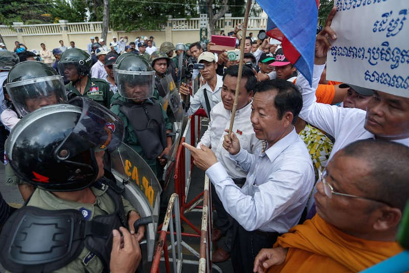 National Election Committee member Rong Chhun, center, leads protesters during a march in Phnom Penh for World Teacher's Day in October 2014. (Siv Channa/The Cambodia Daily)