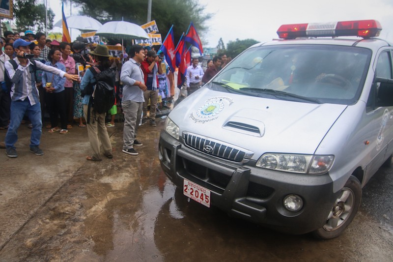 A police van carrying three Mother Nature activists arrives at the Koh Kong Provincial Court on Monday. (Central)