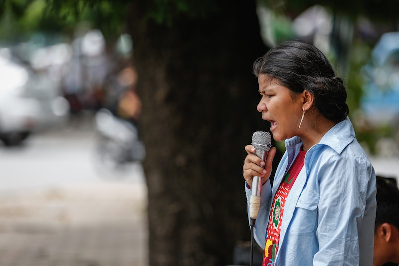 Chhoeuy Srey Pov performs on Sihanouk Boulevard in Phnom Penh on Wednesday. (Siv Channa/The Cambodia Daily)