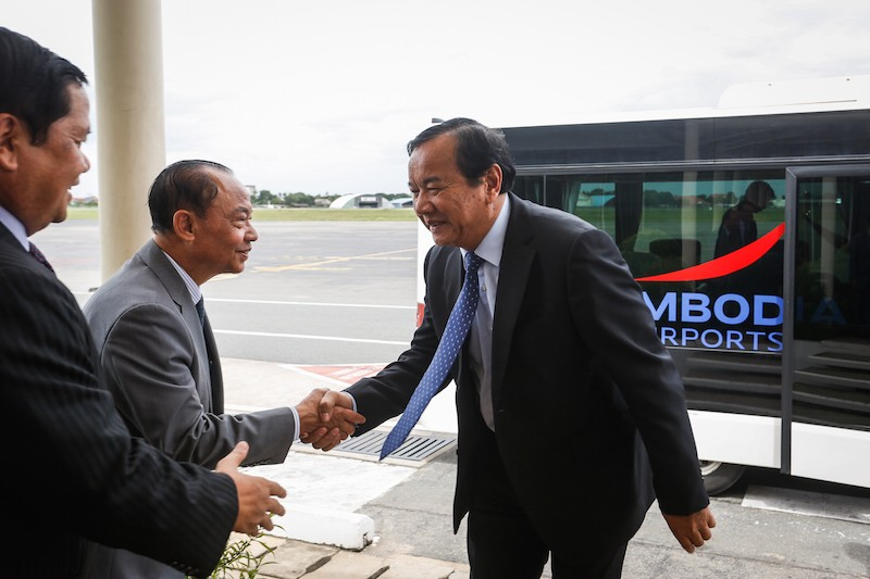 Foreign Affairs Minister Prak Sokhonn greets officials at Phnom Penh International Airport yesterday upon returning from an Asean meeting in Vientiane. (Siv Channa/The Cambodia Daily)