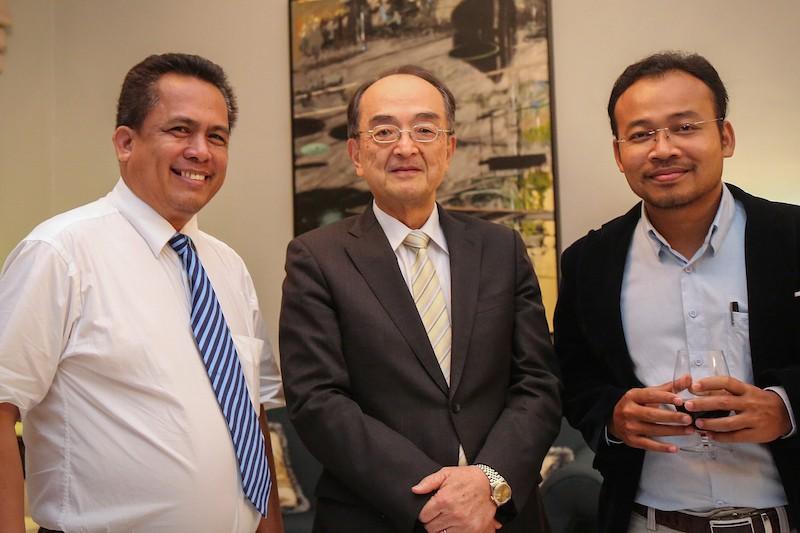 Kem Ley, left, poses for a photograph with Japanese Ambassador Yuji Kumamaru, center, and Preap Kol, executive director of Transparency International Cambodia. (Un Yarat/US Embassy)
