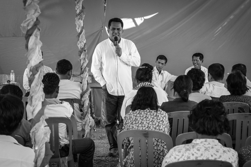 Kem Ley speaks to disgruntled CNRP supporters during a forum in Kompong Speu province in October 2014. (Alex Willemyns/The Cambodia Daily