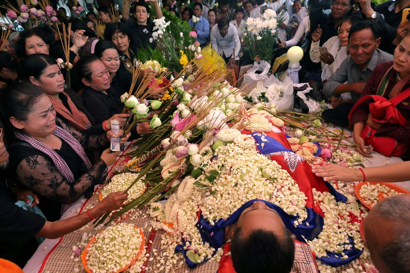Mourners pay their respects to Kem Ley at Wat Chas pagoda in Phnom Penh on Monday. (Satoshi Takahashi)