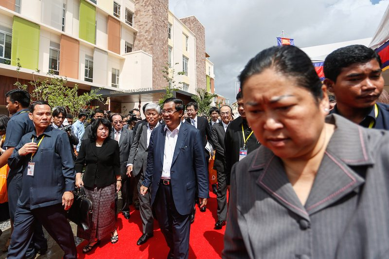 Prime Minister Hun Sen, center, tours the grounds of the Sunrise Japan Hospital in Phnom Penh yesterday. (Siv Channa/The Cambodia Daily)