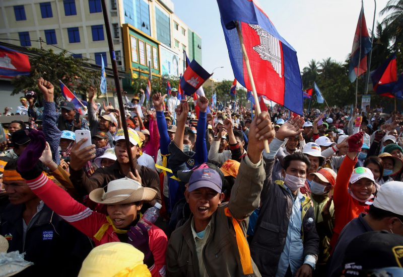Protesters wave flags at a mass demonstration in Phnom Penh in January 2014. (Siv Channa)