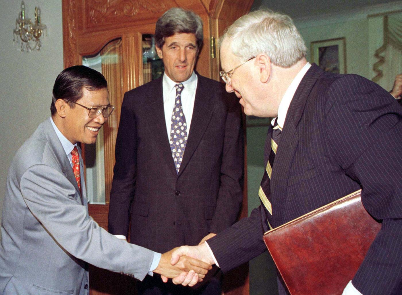 Prime Minister Hun Sen greets US Ambassador Kenneth Quinn