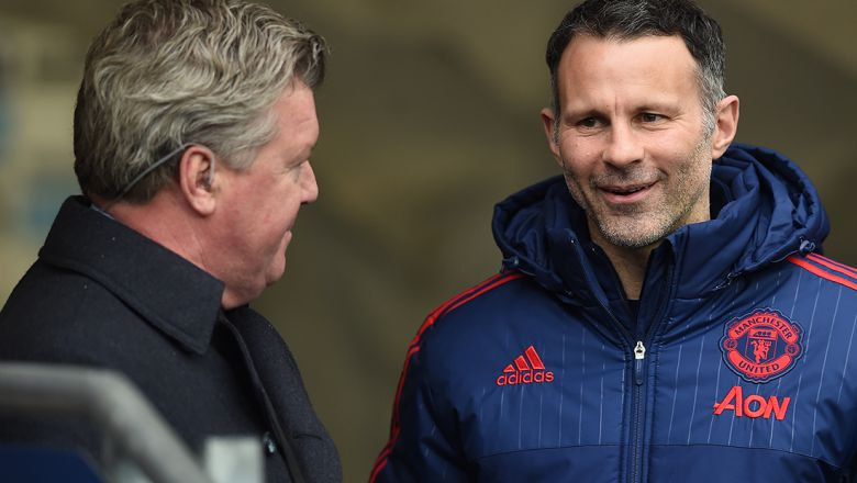 Manchester United's Welsh assistant manager Ryan Giggs (R)