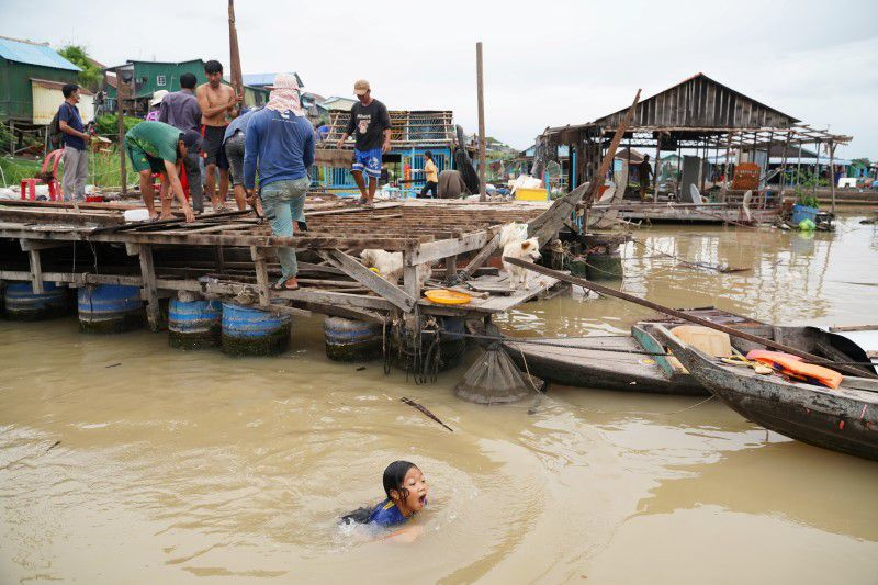 Cambodia begins evicting floating homes amid protests